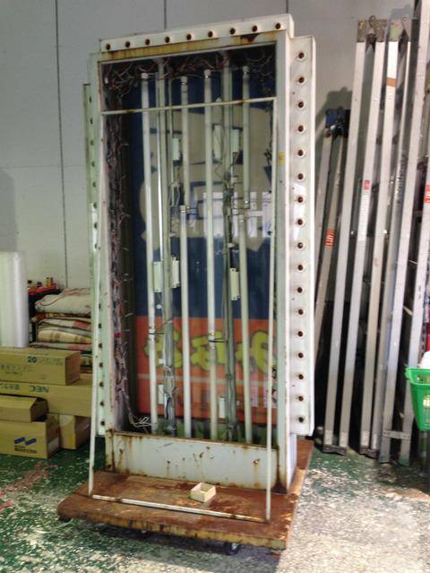 大型スタンド看板の補修作業