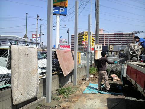 自立式テント看板の柱建て工事