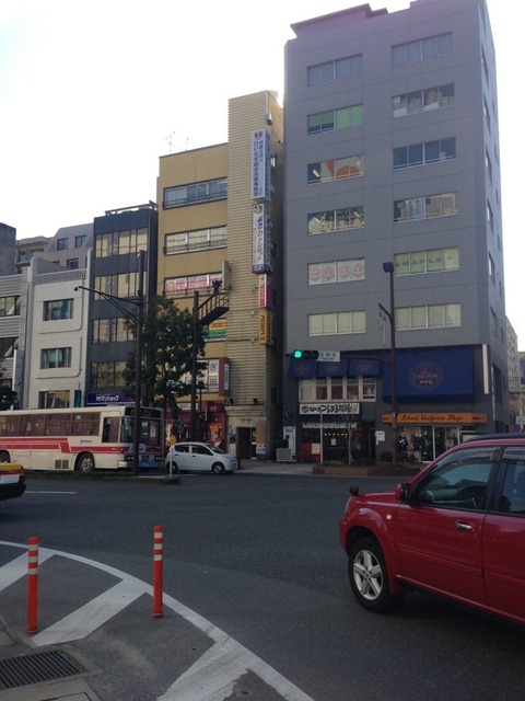 福岡の法律事務所の袖看板(遠景)