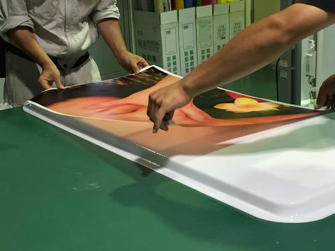 既製品スタンド看板へのシート貼り作業