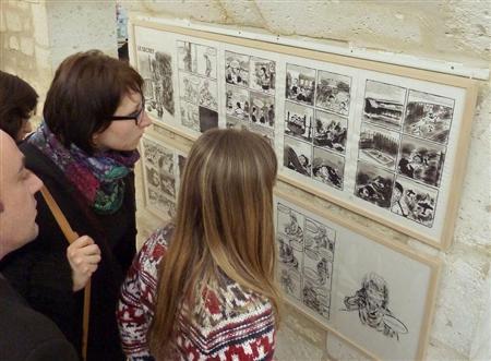 アングレーム漫画祭慰安婦展示を見る人
