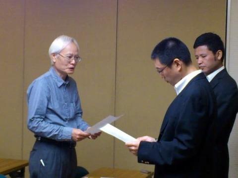 吉見大阪市職員に抗議文を手渡す