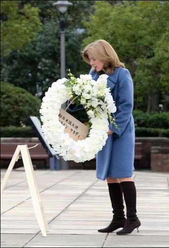 平和祈念像に献花するキャロラインケネディ駐日大使