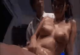 エステティシャンの猥褻テクでメロメロになり簡単に中出しを受け入れるテカる身体がエロい巨乳美人のセレブ人妻