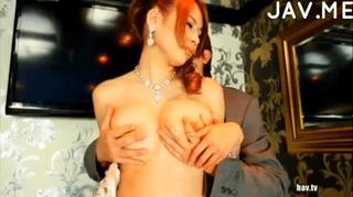 美巨乳キャバ嬢を店内で乳揉み乳首責め