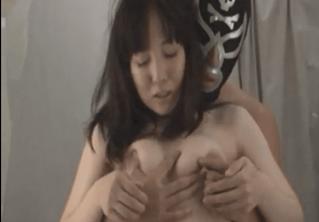 更衣室で女性が下着になったら現れる乳にしか興味のない乳揉み仮面