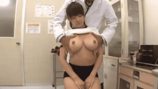 熱があると診察に来た美少女が巨乳と分かるとおっぱいモミモミ乳首コリコリ検診を始める変態ハゲメガネ医師
