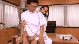 桜木凛 語を囁きながら研修生を手コキやフェラで射精させにくる美人痴女医