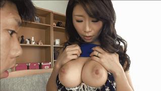 篠田あゆみ そのエロすぎる美巨乳を触らせてくれてチ○コがギンギンになったところでパイズリ抜きしてくれる優しい美熟女ママ
