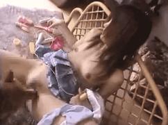 【無料エロ動画】女子高生、オナるだけでは足らずバター犬投入
