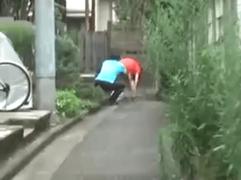 【無料エロ動画】路上で通行人一般女性を浣腸してダッシュで逃げるだけという小学生なみのイタズラw