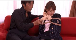 縄で縛られて喉奥と膣内をレイプされる美人スッチー(吉沢明歩)