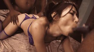 篠田あゆみ 2本の黒人チ○コによる3Pが気持ちよくて堪らない様子の淫乱な美熟女