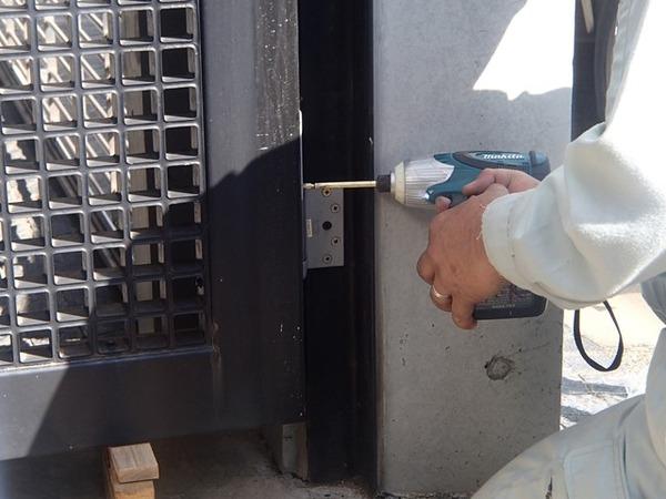 大きくて重たいスチール製のエントランスドアのヒンジクローザと戸締りの調整