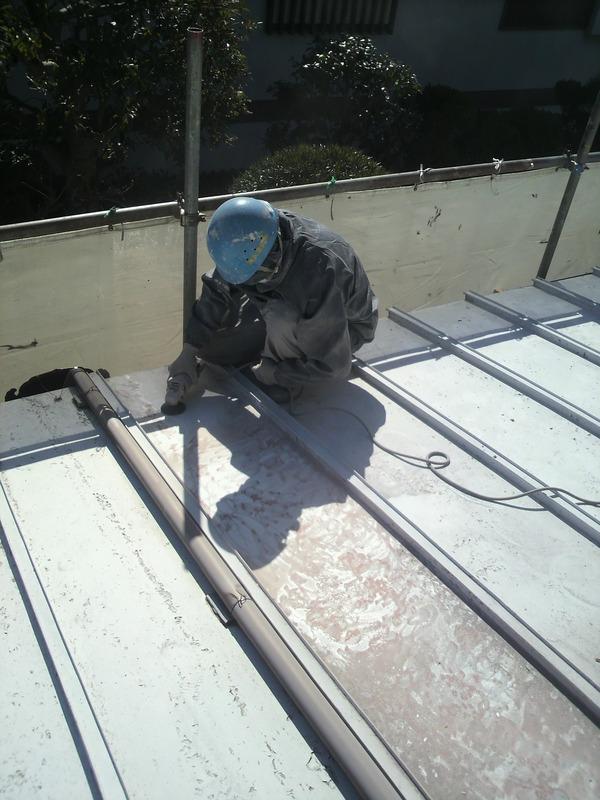 過去の塗装履歴の回数が多いトタンの屋根のしっかりケレンしてから塗装しました