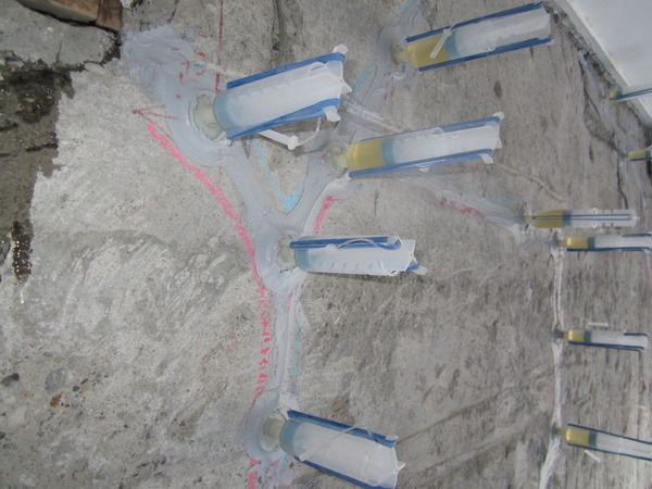マンション  ビルの外壁に生じた貫通したクラックを補修する