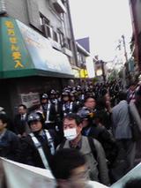 弾圧をくわだてる大量の機動隊と白マスクの公安。