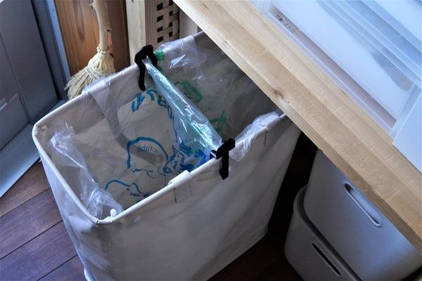 【100均・ダイソー】ゴミ袋止めクリップで瞬時に分別ごみ箱に!収納場所の悩み解決<パントリー収納>