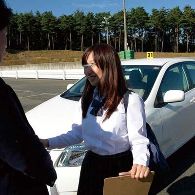 自動車学校の教官って巨乳に運転教えてるときおっぱい触りそうに