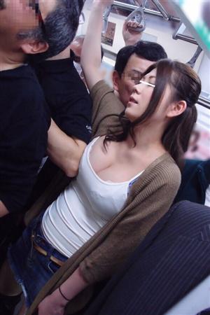 【悲報】若妻さん、電車の中でおっぱいの谷間を晒してしまうwwwwwwwwwwwwwww