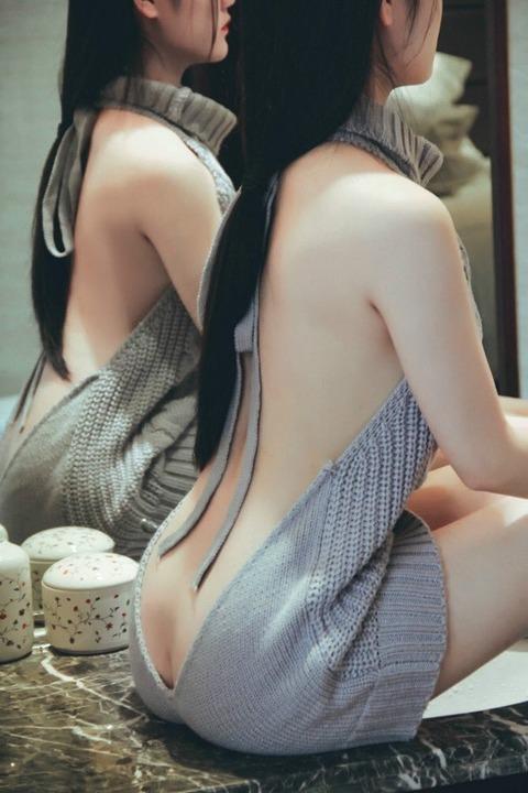 こういう横乳丸見えなのに絶対乳首見えない服ってなんなの?
