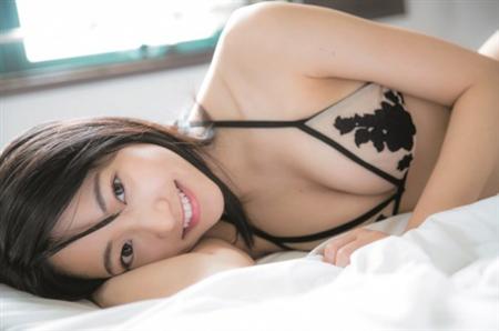 【芸能】<武田玲奈>ビキニ姿で寝転ぶショットが破壊力抜群!のぞく美バストにドキッ
