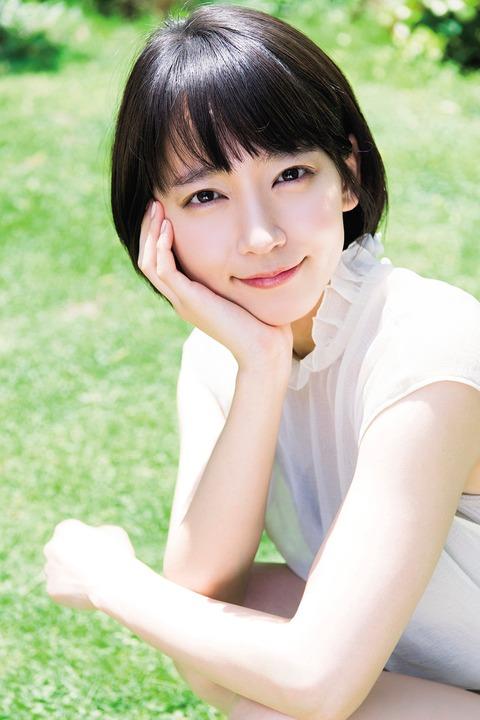 【女優】吉岡里帆、「マガジン」グラビア登場 透明感溢れる美肌が眩しい