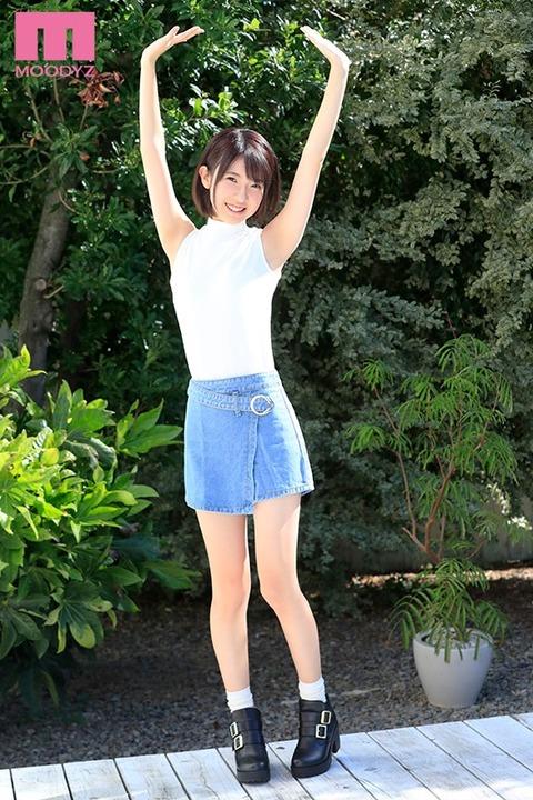 今月AVデビューした現役女子大生でショートカット美少女の岡本真憂ちゃん、発売直後から絶賛される