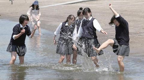 【画像】 JKが生足で海水を蹴り上げて遊ぶ様子を産経新聞が激写