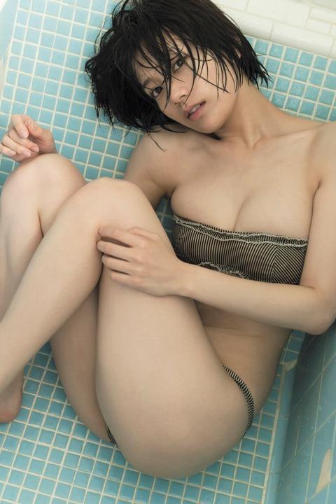 【グラビア】佐藤美希、大胆ショットで美バスト披露 色気全開
