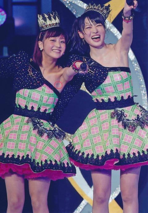 【悲報】アイドルさんライブ中に乳首を披露してしまう