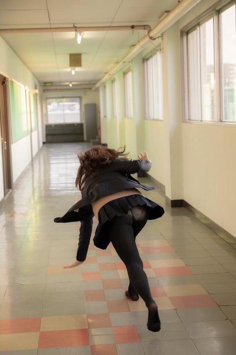 【画像】こういう学校内でパンチラしてるエチエチな女子高生www