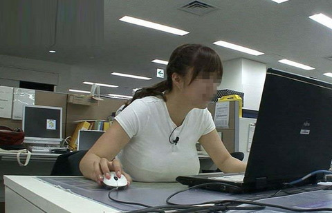巨乳が机におっぱいのせてるこの画像wwwww