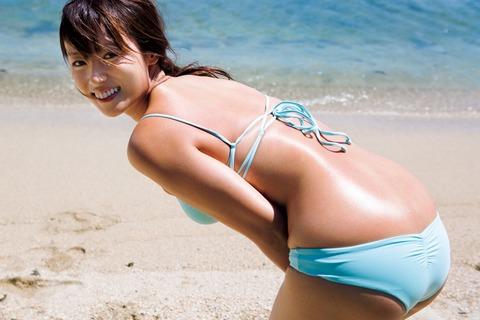 【芸能】深田恭子、ビキニでセクシー&健康美 男性誌と女性誌から写真集2冊同時発売