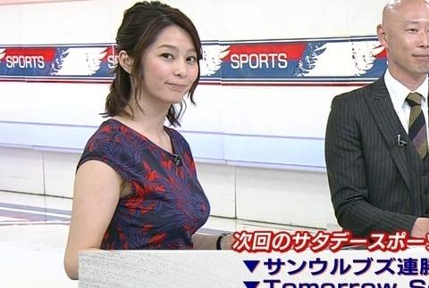 【GIF】NHKの爆乳アナ杉浦友紀さん、スケべな衣装でおっぱいを揺らしまくる