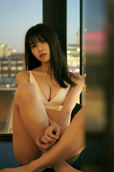 【速報】小林由依さん、ビキニでおっぱい丸出しの大爆乳化😻😻😻
