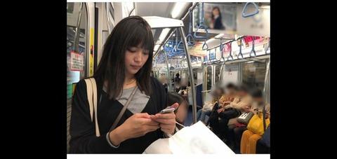 川口春奈さん、シャツの間から乳房が見えそう