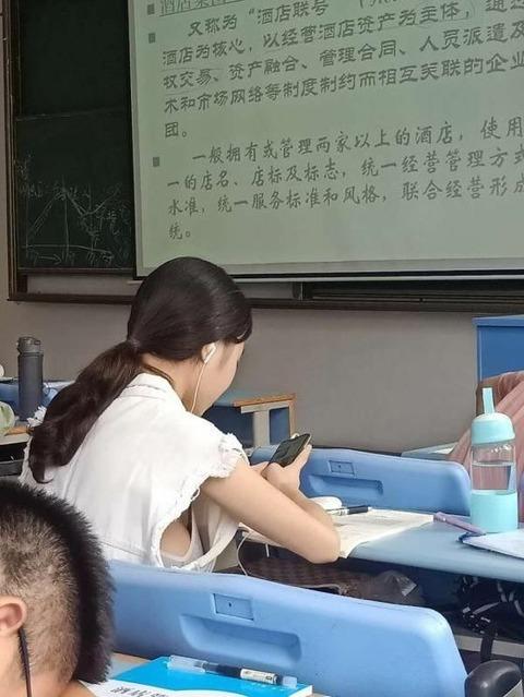 【画像】前の席の女の子がおっぱい半見えwww