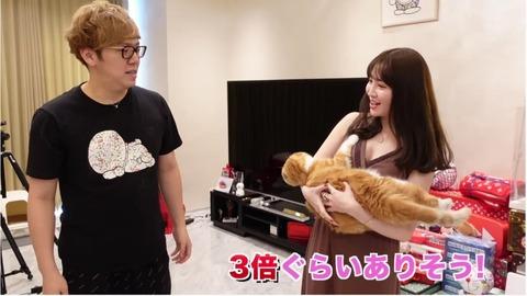 【悲報】ヒカキンさん、小嶋陽菜のおっぱいをガン見してしまうwwwww