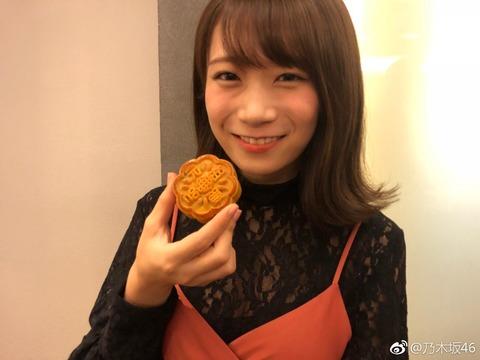 【速報】秋元真夏さん、中国でおっぱい谷間丸出し!