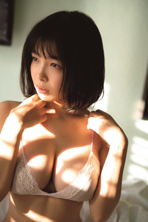 最近の若い女性は尻と胸が大きい