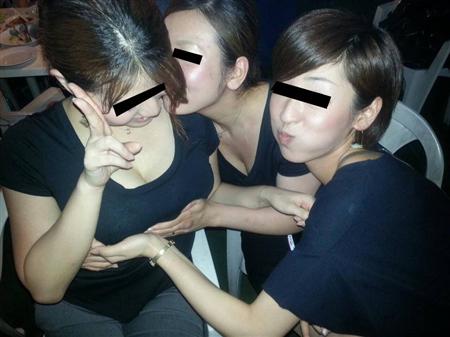 素人がふざけて友達のおっぱい揉んでる画像wwww
