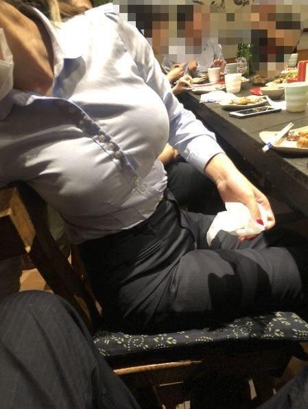 【画像】OLさん、おっぱいデカ過ぎてシャツがパツパツになってしまう
