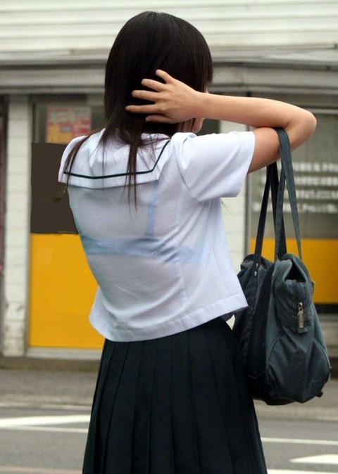 久しぶりの大雨で部活帰りのJK が駅前広場にいっぱいおっぱい【画像】