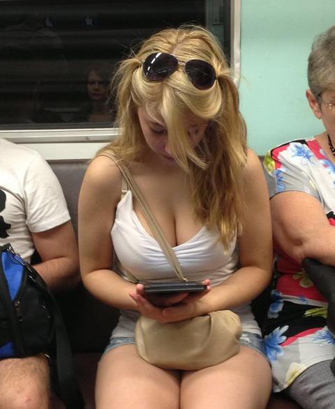 【画像】電車にめっちゃエロい女いるンゴwwwwwwwwwwwwwwwwwwwww