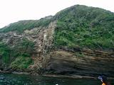 崖を見上げる