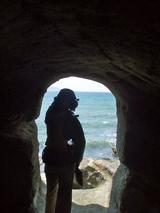 洞窟からも強風