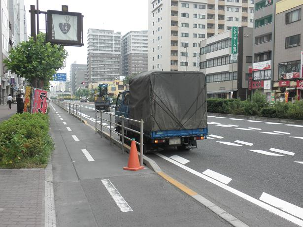 駐停車車両により、自転車走路 ...
