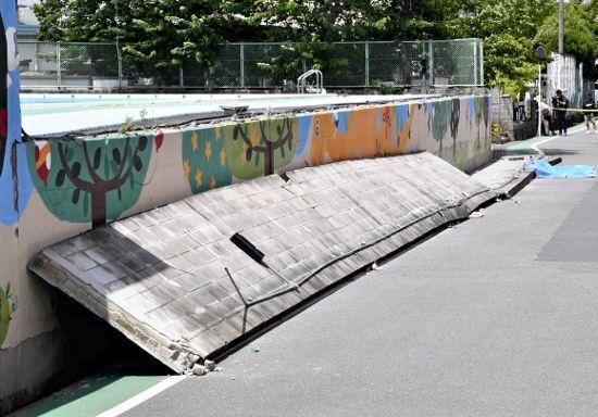 倒壊した寿永小学校のブロック塀