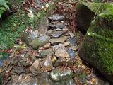 崩れた歩道を直すため石を積み上げて階段を作った